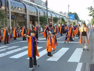 十和田市よさこいチーム「西茜会」の演技風景
