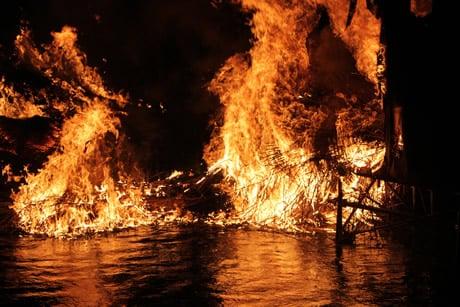 燃えさかるたいまつの炎