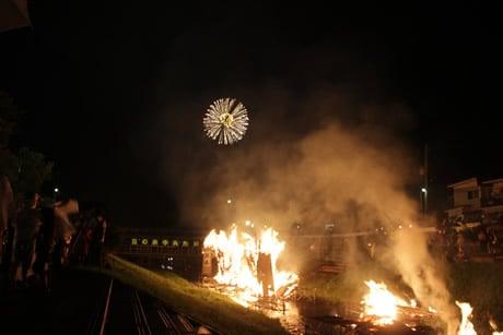 たいまつの炎と花火