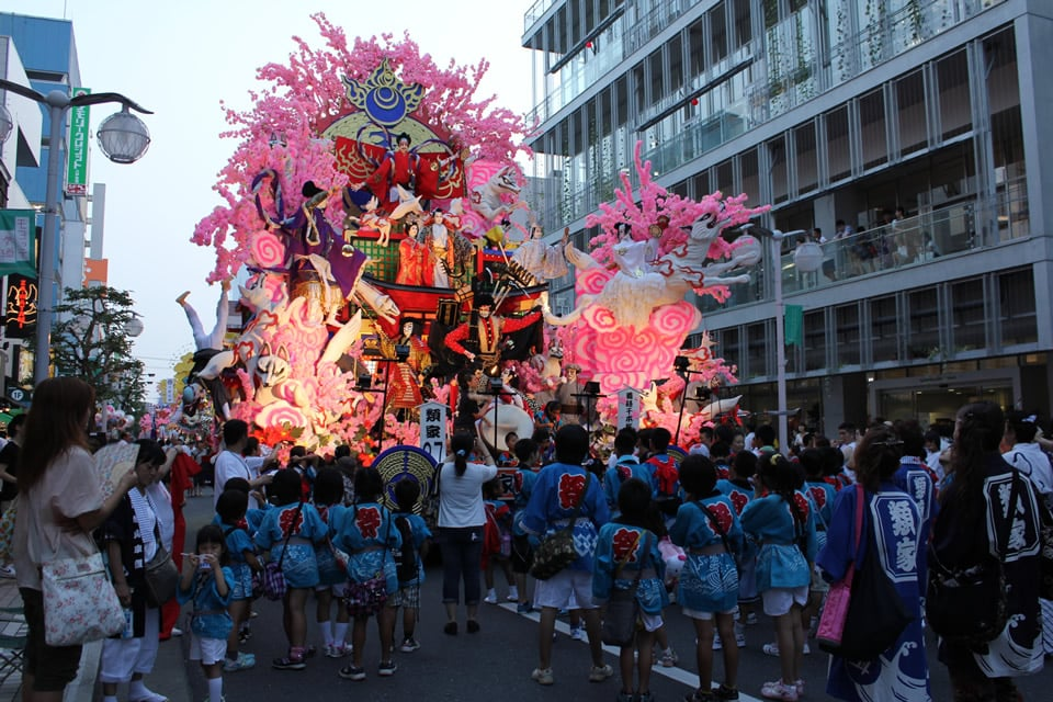 八戸市中心街を歩行者天国にして八戸三社大祭の山車を展示
