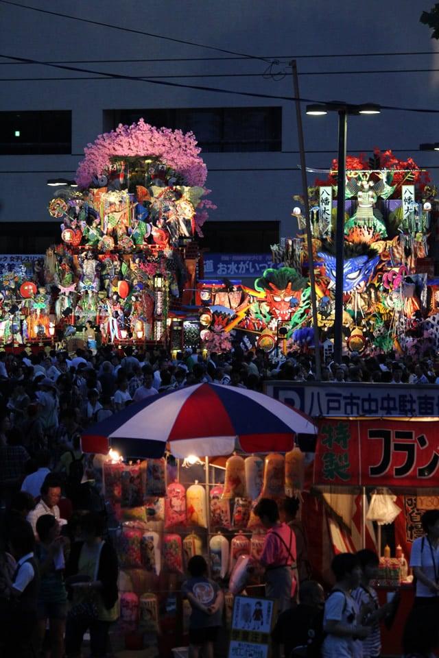 八戸市庁前に展示された八戸三社大祭の山車と夜店