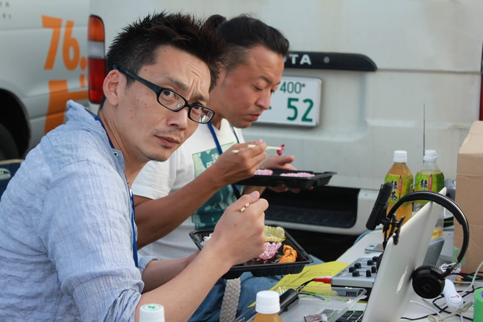 弁当を食べるトライポッドスタジオのメンバー