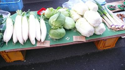 八戸朝市-大根70円、白菜・キャベツ80円