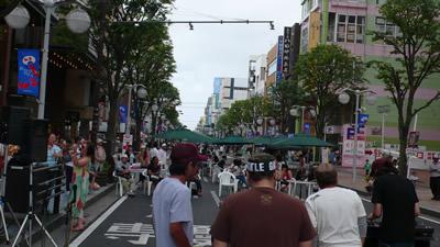 八戸市十三日町商店街前のホコテンの様子