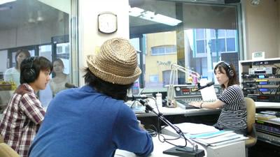 BeFMスタジオ内 ラジオとUstreamで同時生放送の様子